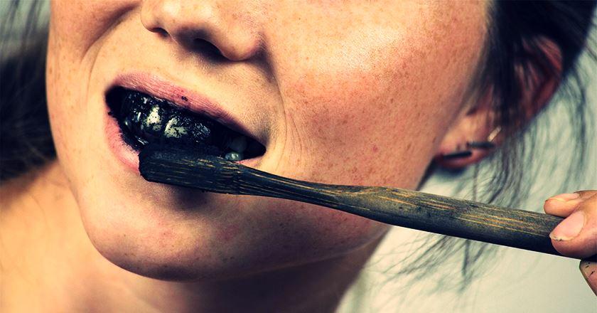 ¿Sabías que el carbón activado no blanquea los dientes y puede dañarlos?