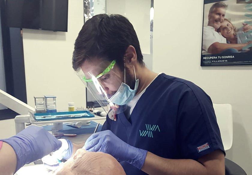 Dr. Gonzalo Guillén en consulta