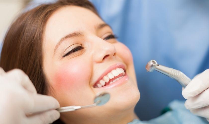 ¿Las limpiezas dentales desgastan el esmalte? | Mujer realizándose una limpieza dental