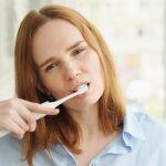 Esclerosis múltiple y salud bucodental: mujer cepillándose dientes