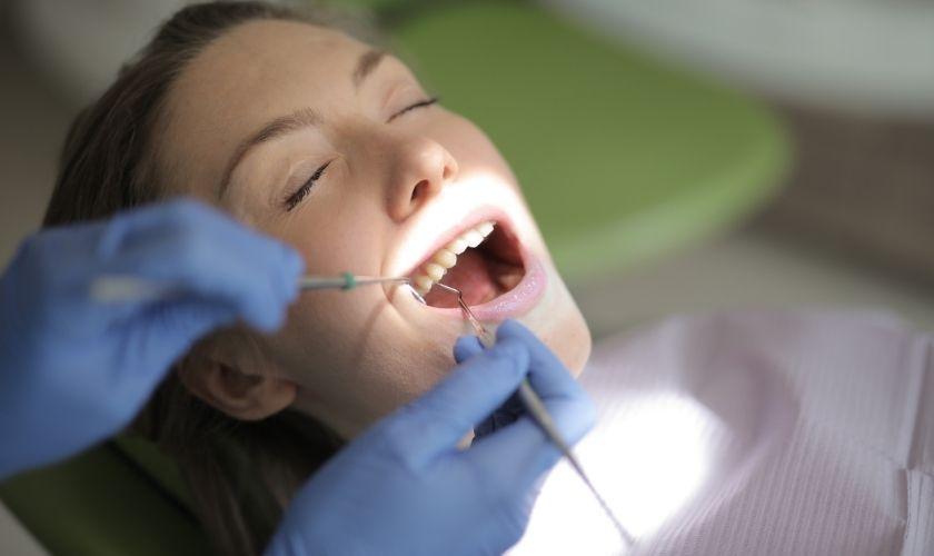 Mantenimiento periodontal: mujer en revisión