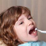 Caries del biberón: niño en consulta dentista
