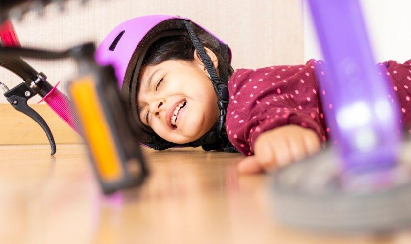 Golpes en los dientes de leche: niño en el suelo tras caer de bicicleta.
