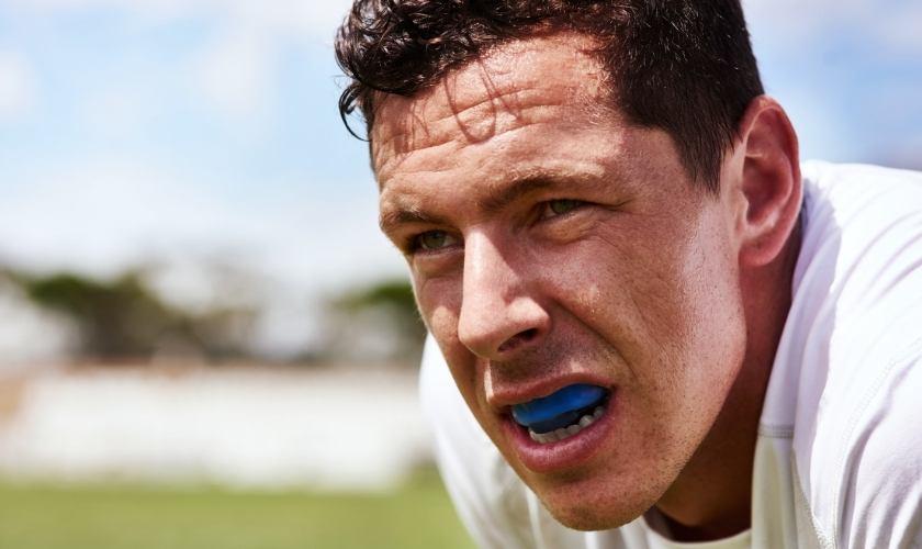 Consejor para evitar la pérdida de un diente: deportista con protector bucal.