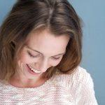 Menopausia afecta a la salud oral: mujer sonriendo.